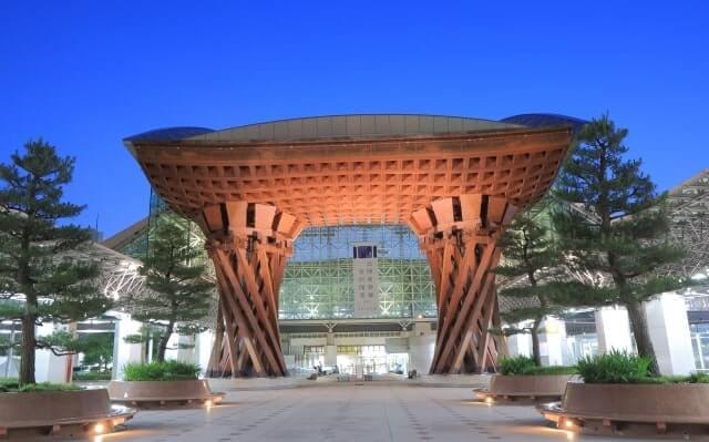 石川県駅前の門