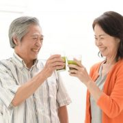 青汁で乾杯する老夫婦