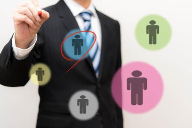 人を選択するビジネスマン