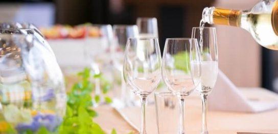 レストランでグラスが並ぶテーブル