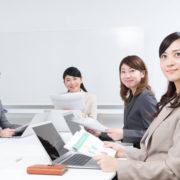 女性社員4名で会議
