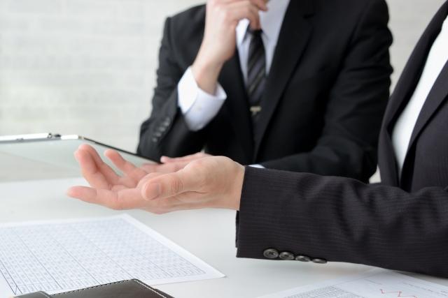 報告連絡相談するビジネスマン