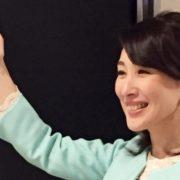 太田章代が右手で指す写真