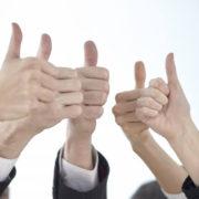 親指でグッド。5人の手